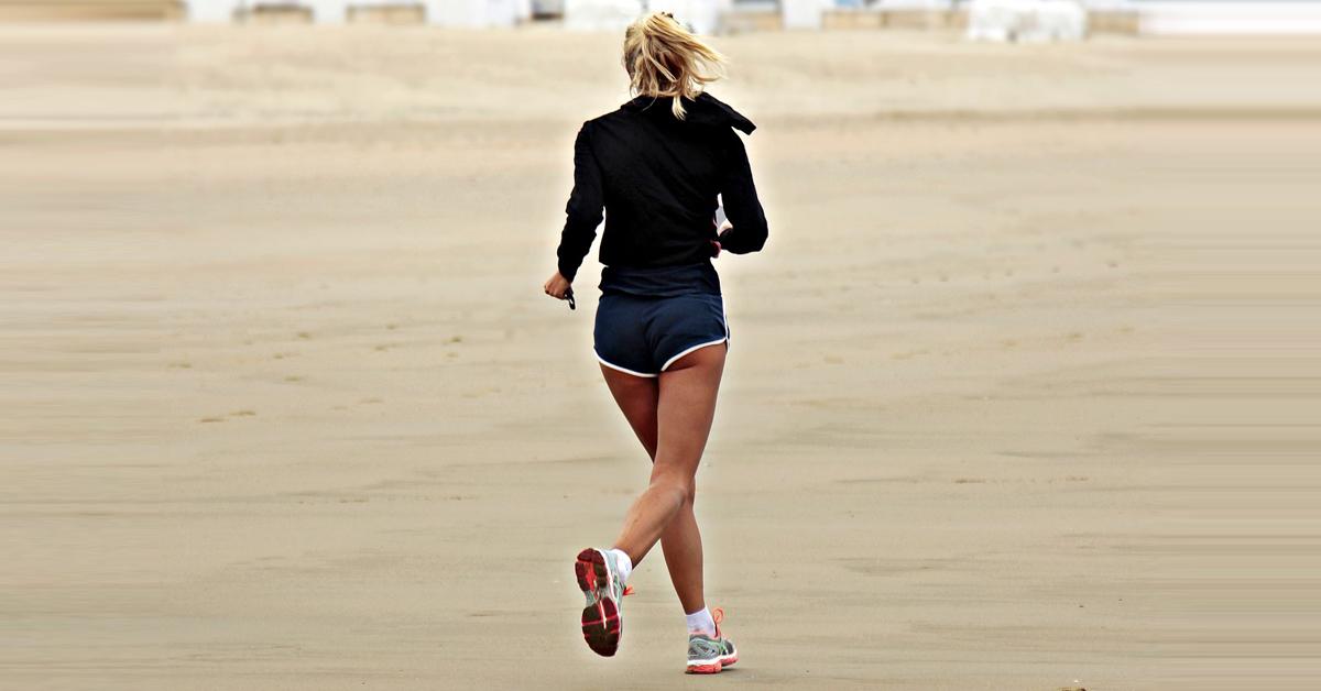 ventajas e inconvenientes de correr por la playa-fisio lobera